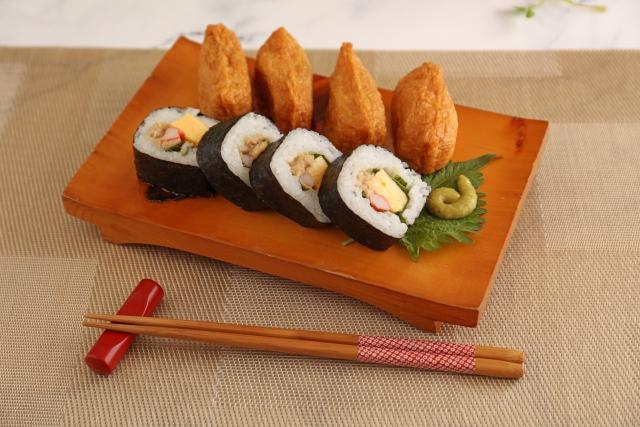 おいしそうな太巻きと稲荷寿司