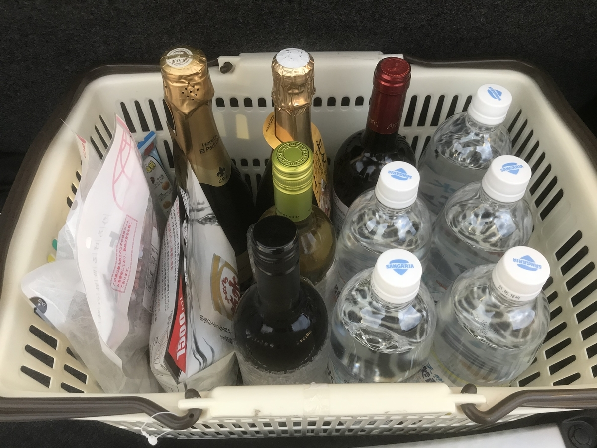 買って来たワイン5本と日本酒1袋と炭酸水5本とおつまみ3袋
