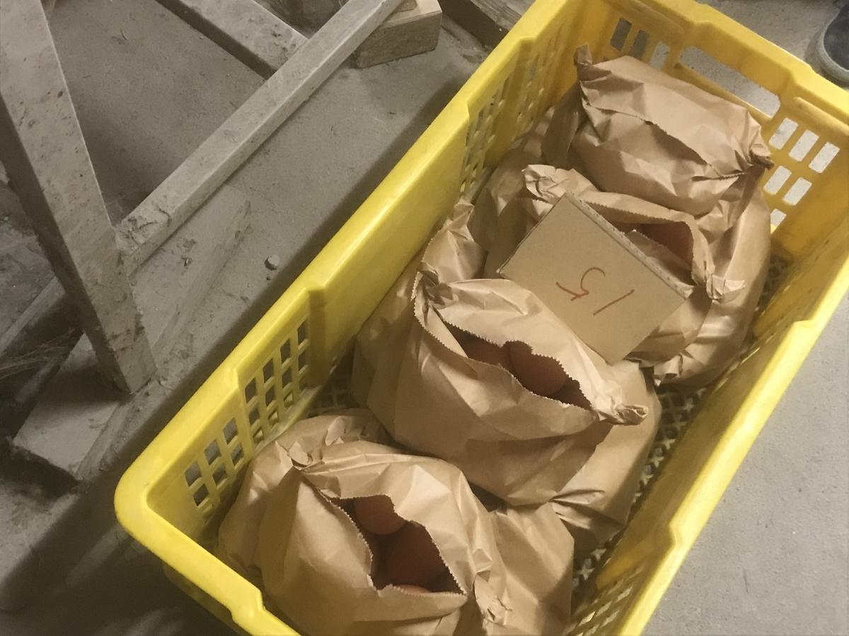 この紙袋の中には1kgのたまごが入ってます