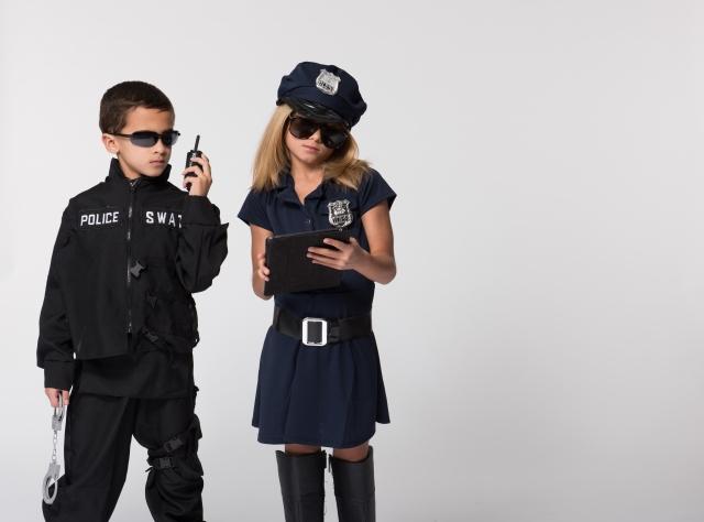 警察官のコスプレをする子ども