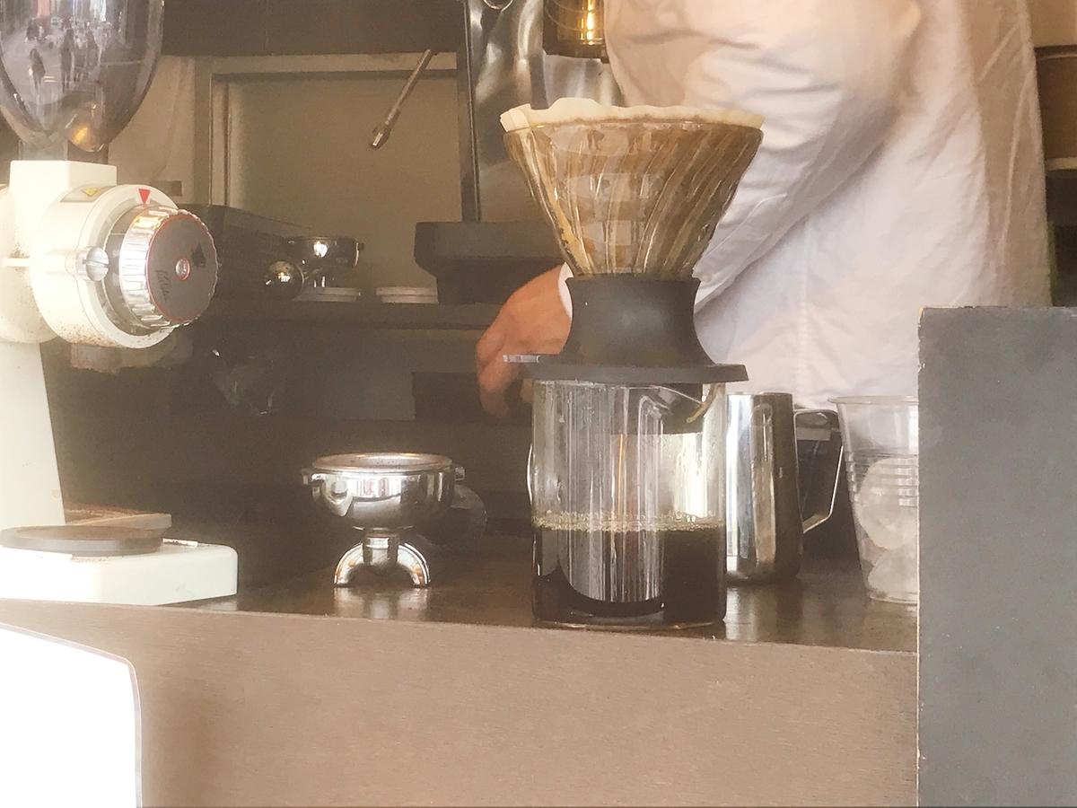 ペーパードリップで淹れているコーヒー