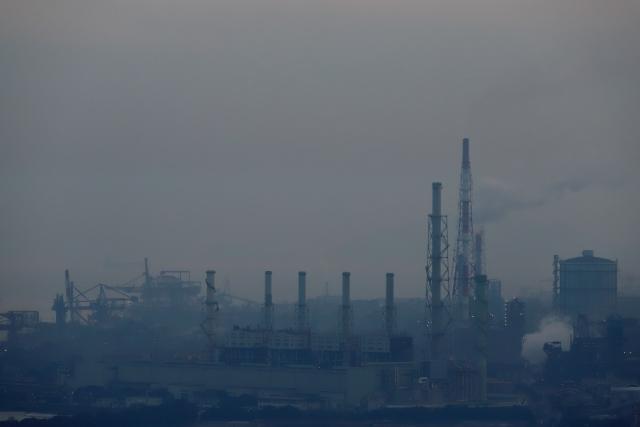 煙に覆われる工業地帯