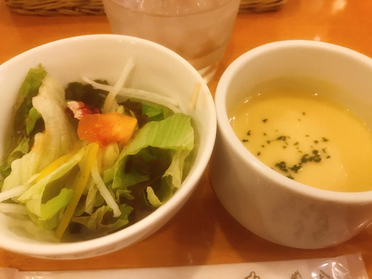 野菜サラダとコーンポタージュスープ