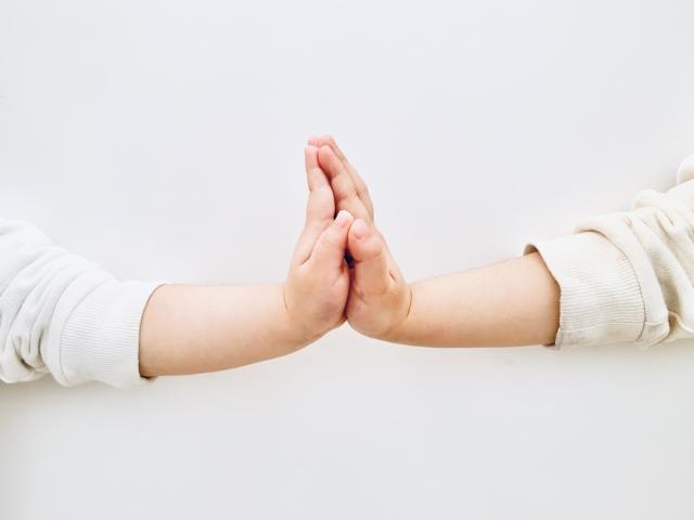 ふたりで手を合わせる×子供の手