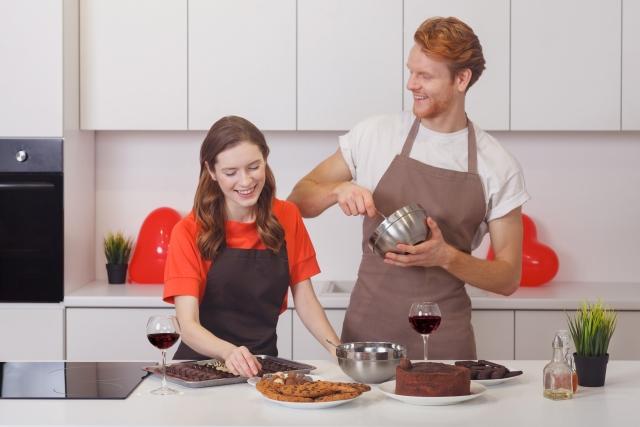 一緒にお菓子作りをするカップル