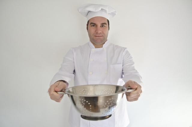 調理器具をもつコックさん