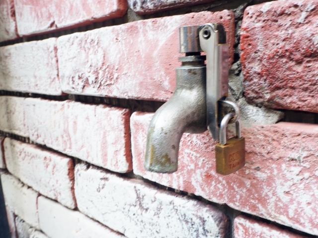 鍵のかかった水道蛇口