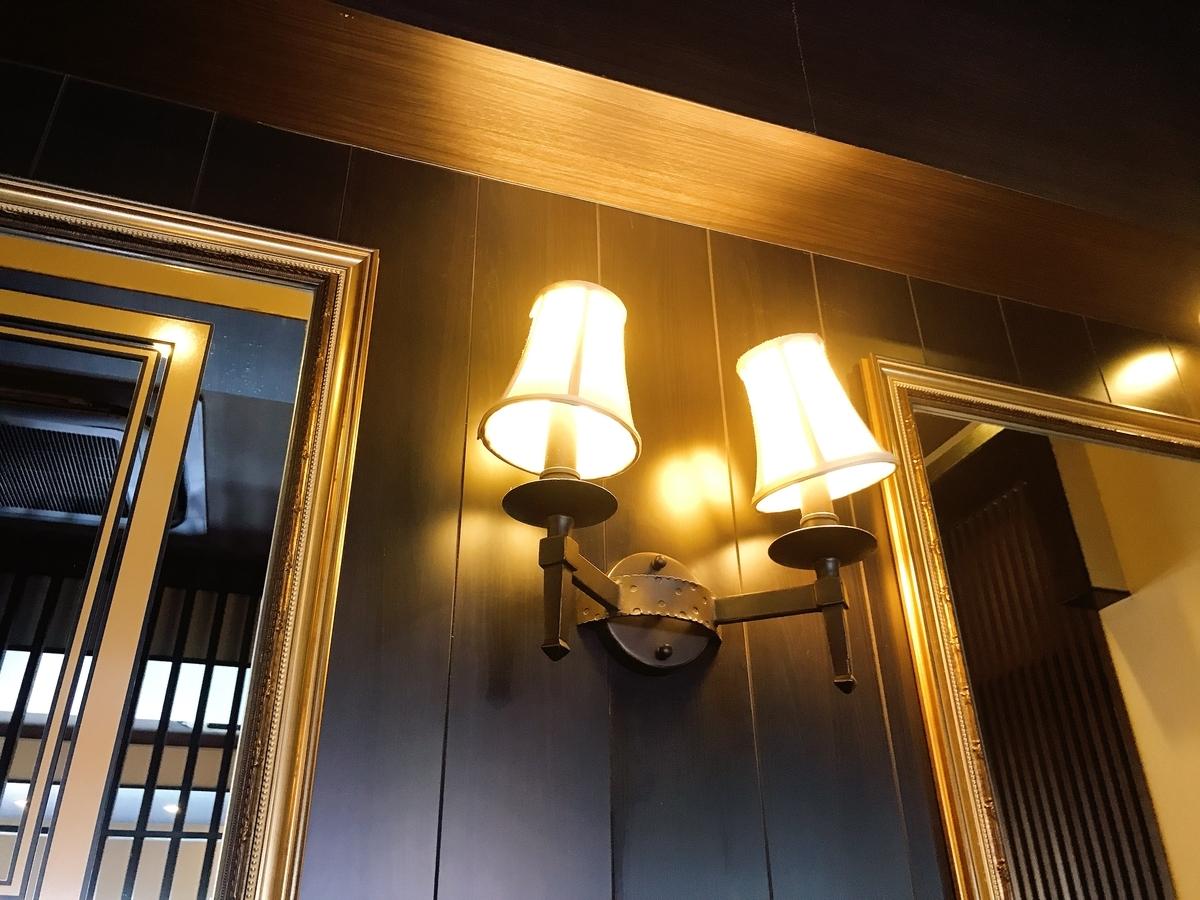 「星乃珈琲店 富田林店」の店内の照明