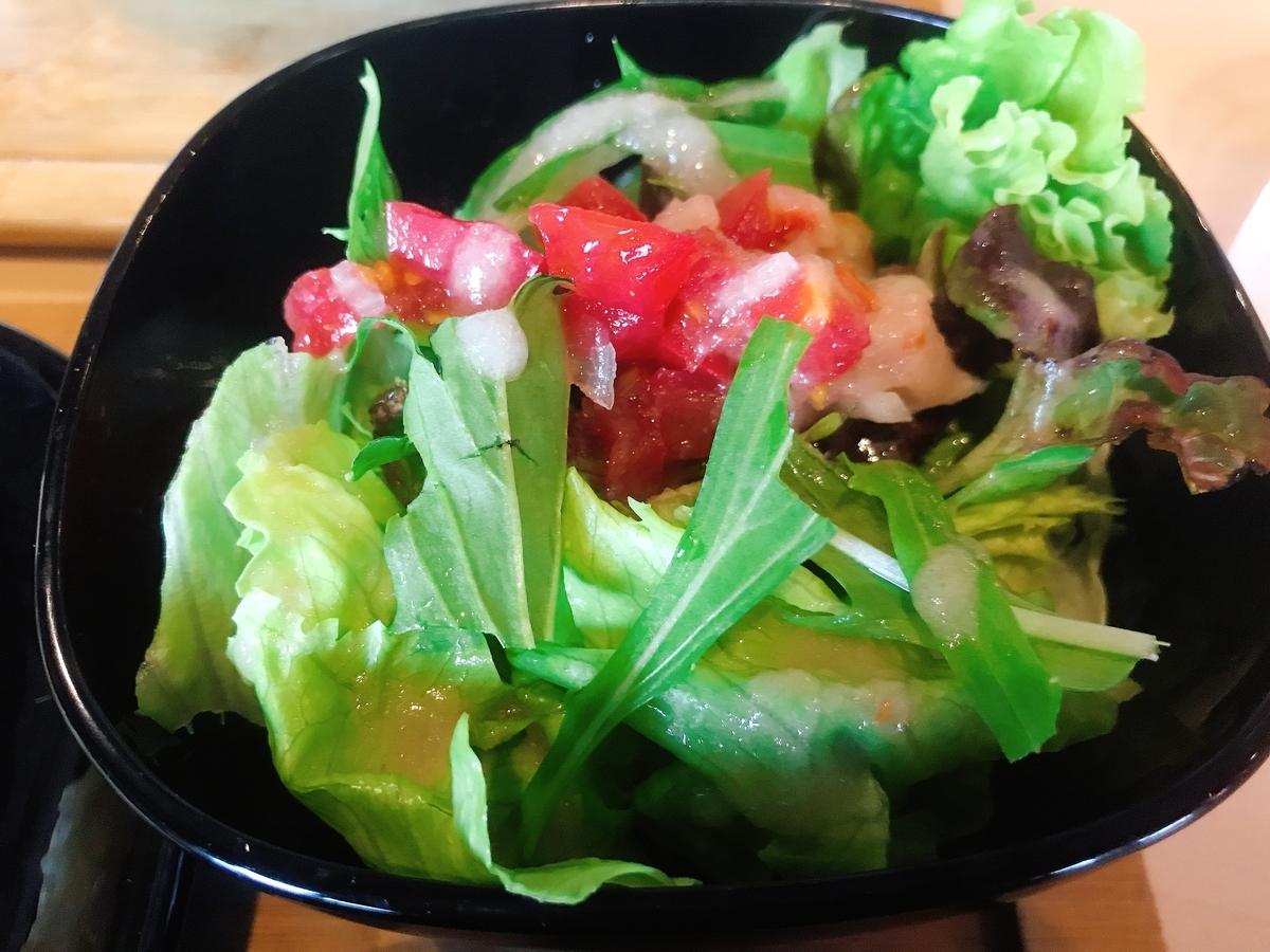 「オーガニック・ラズベリー・ドレッシング」を使用したサラダ