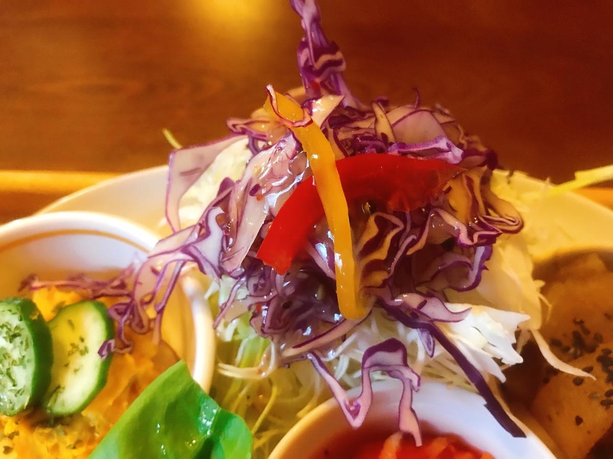 大盛りの野菜サラダ