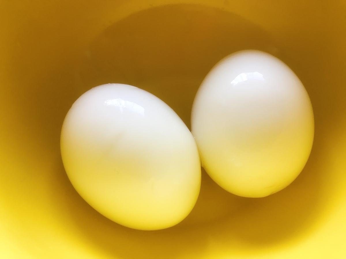 やや半熟のゆで卵(割る前)