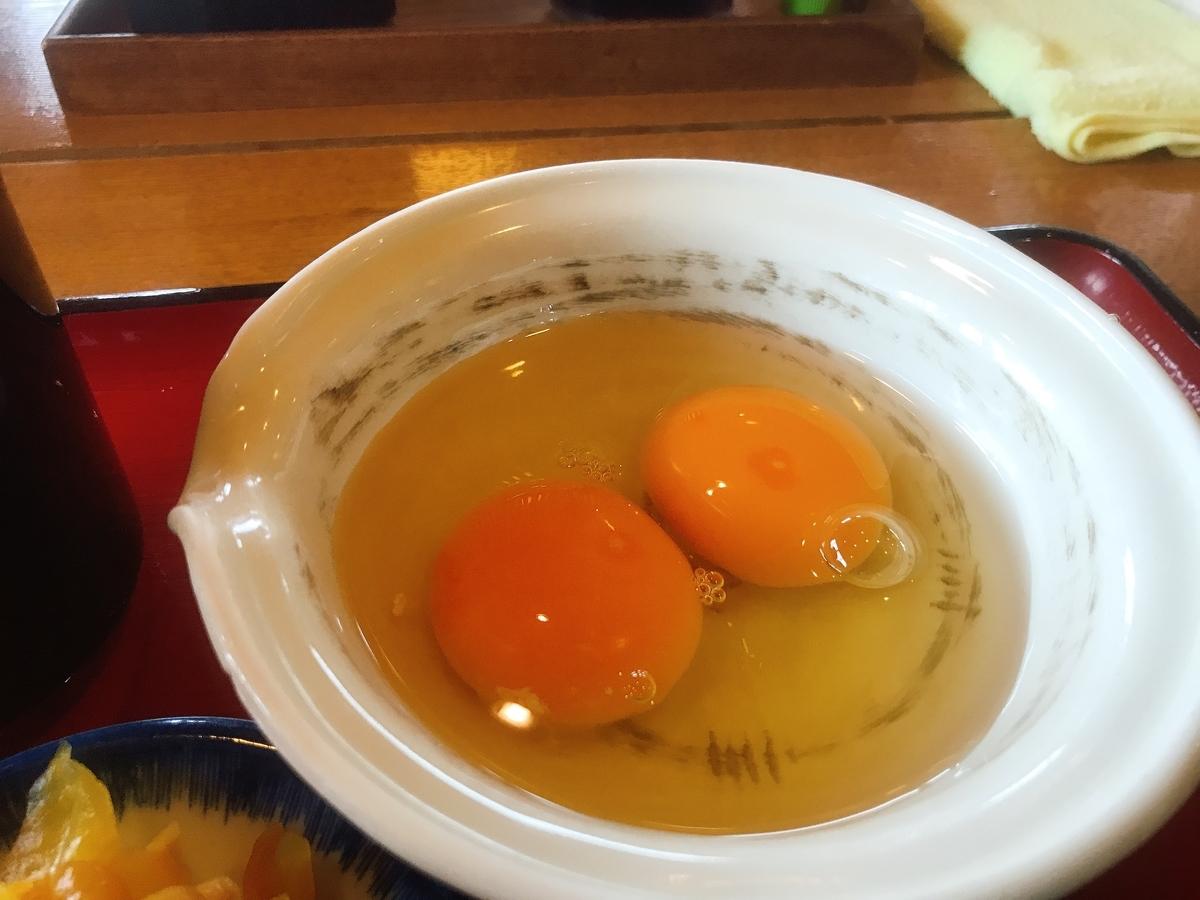 割った2個の「生卵」