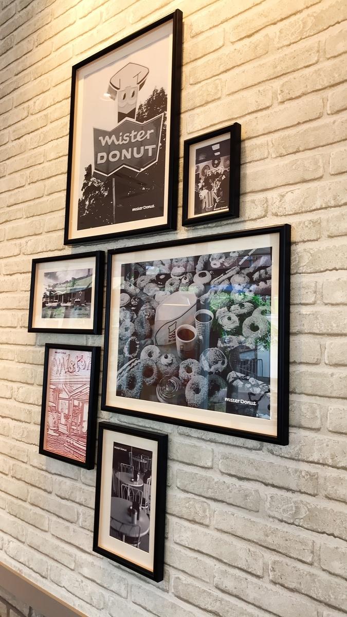 壁に掛かっているモノクロの写真が古き良きアメリカって感じ