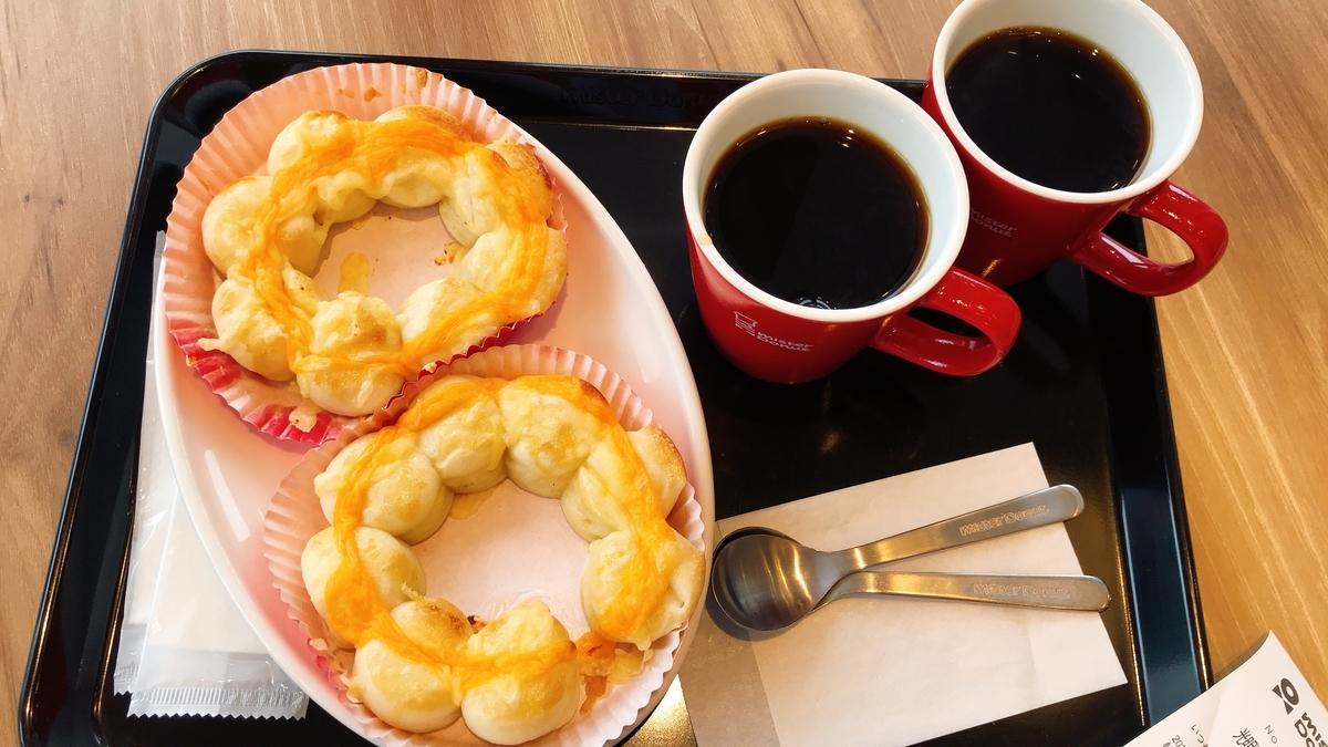「ポン・デ・ちぎりパン 3種のチーズ」が2つと「ホットコーヒー」が2つ