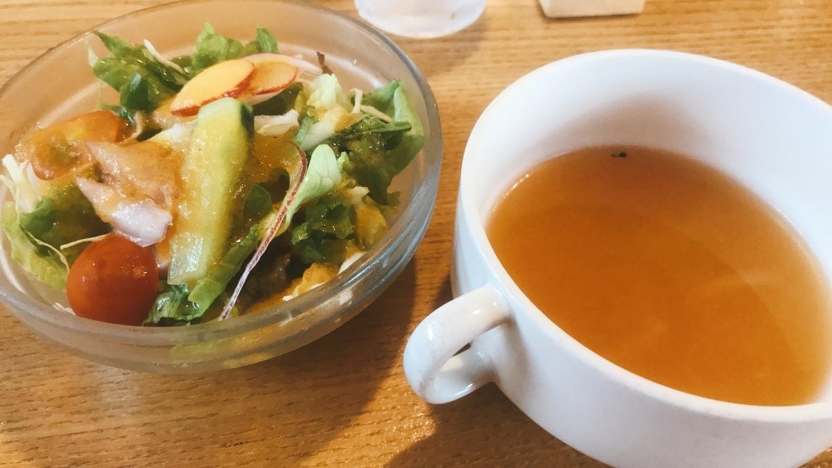 オニオンスープと野菜サラダ