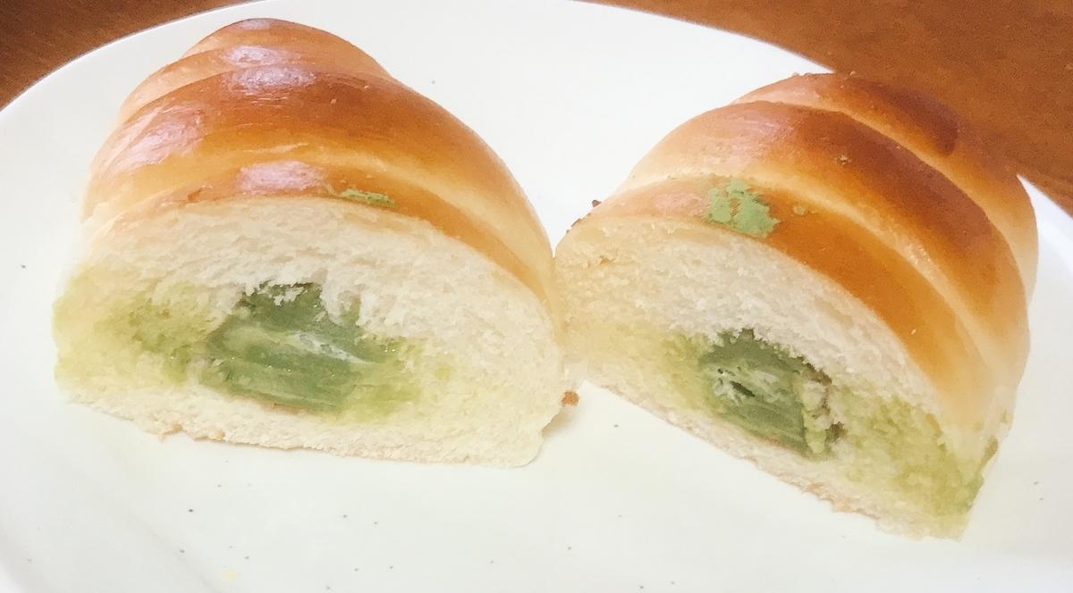 「抹茶クリームパン」の断面
