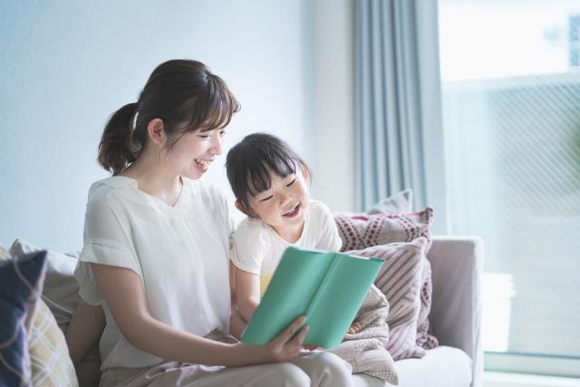 絵本を読む母親