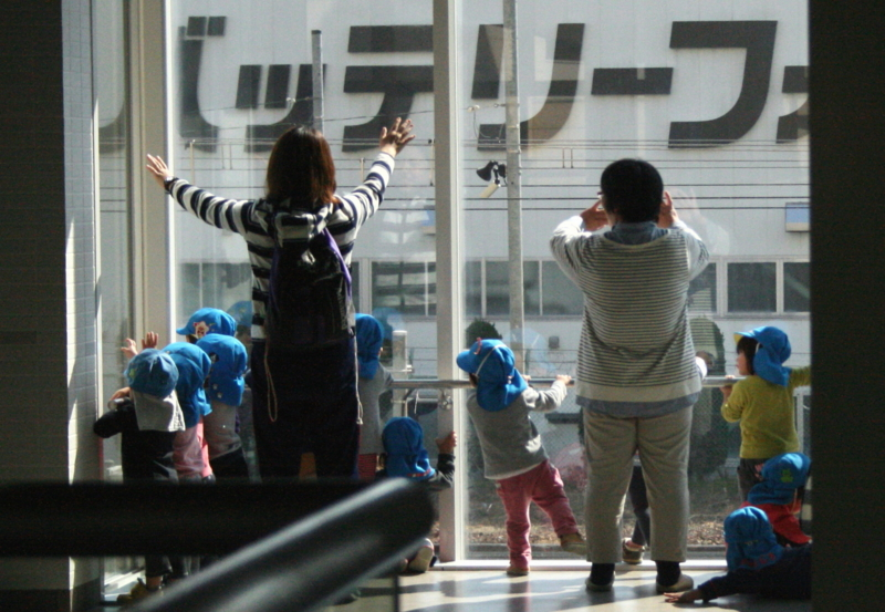 京都新聞写真コンテスト ほら、また電車が来たよ~