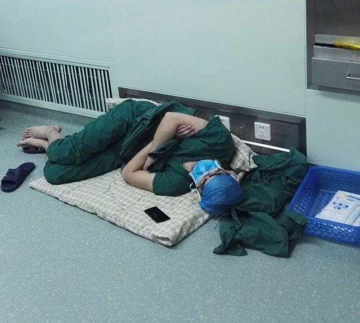 オペ室で寝る医師
