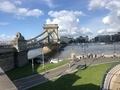 王宮の丘側からドナウ川にかかるくさり橋を臨む。増水した川は、2日