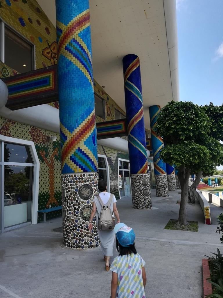 琉球ガラス村はカラフルで沖縄の空も映える