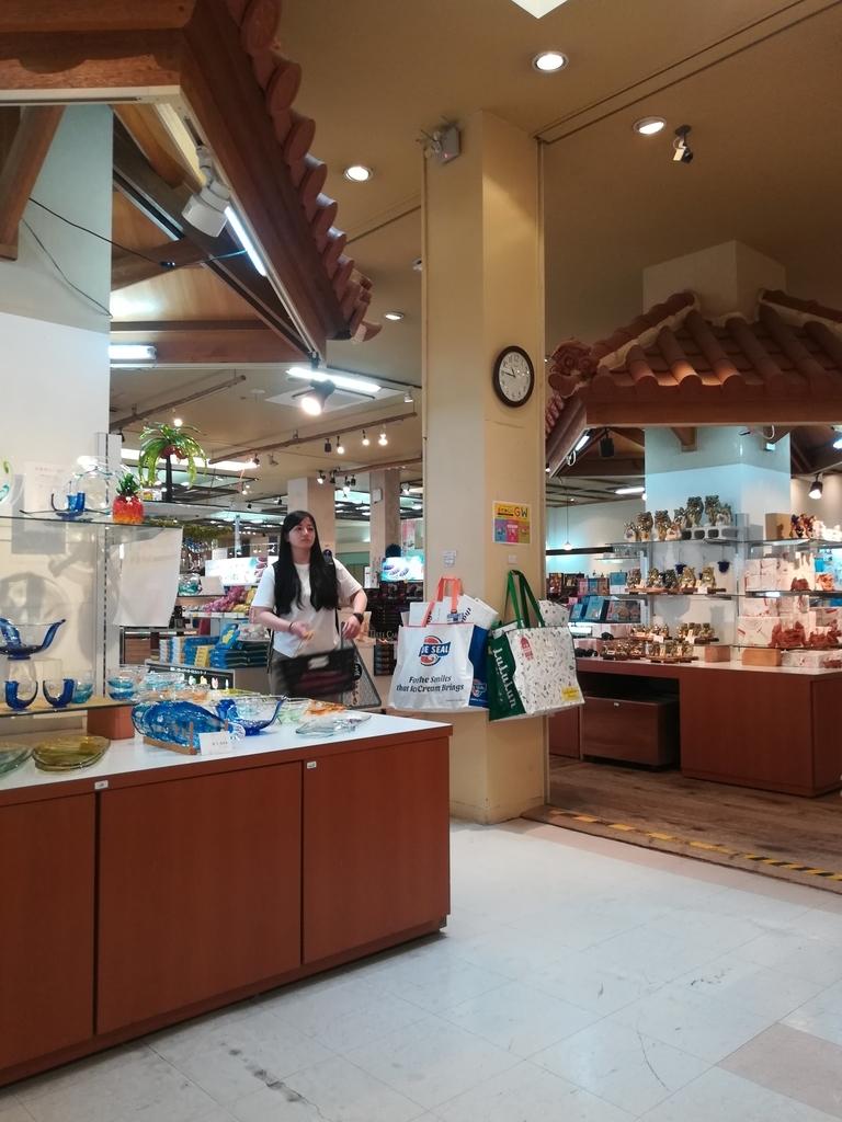 琉球ガラス村のお土産物屋さんは種類も豊富