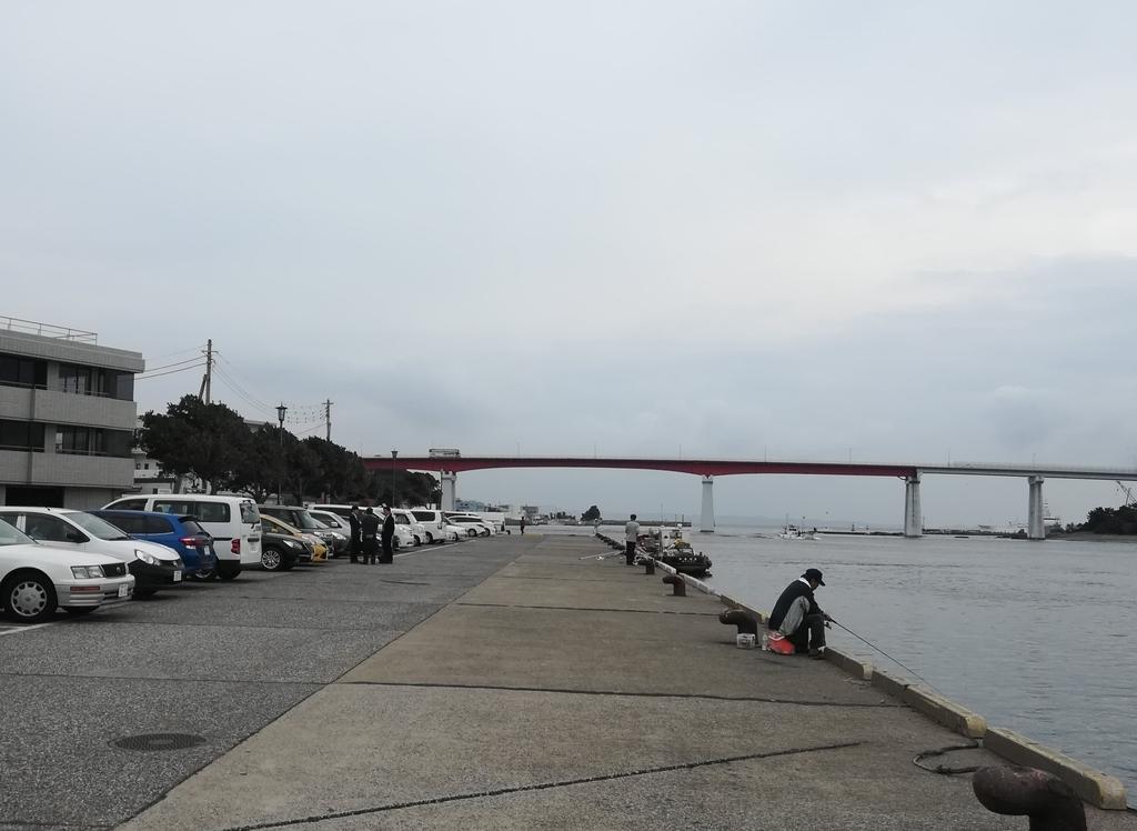 花暮岸壁からは城ヶ島大橋がよく見えます