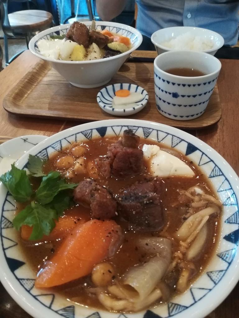 彩りキノコのごちそう豚汁(手前)と西京味噌のごちそう豚汁(奥)