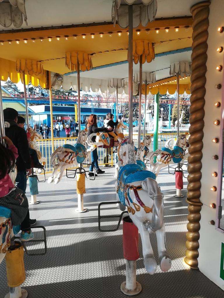 華蔵寺公園遊園地のメリーゴーランドは小さな子どもが大喜び