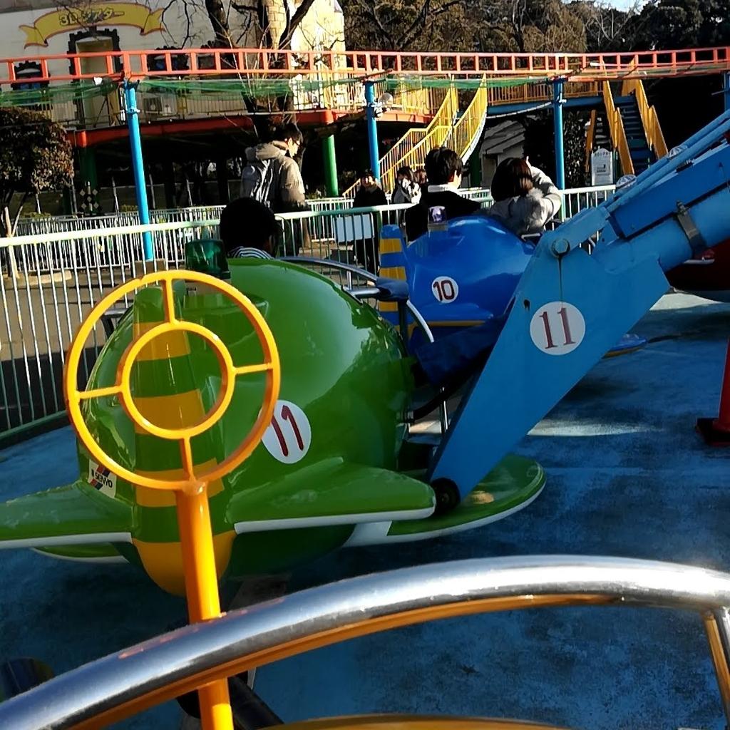 華蔵寺公園遊園地のスカイファイターで前の飛行機をロックオン!
