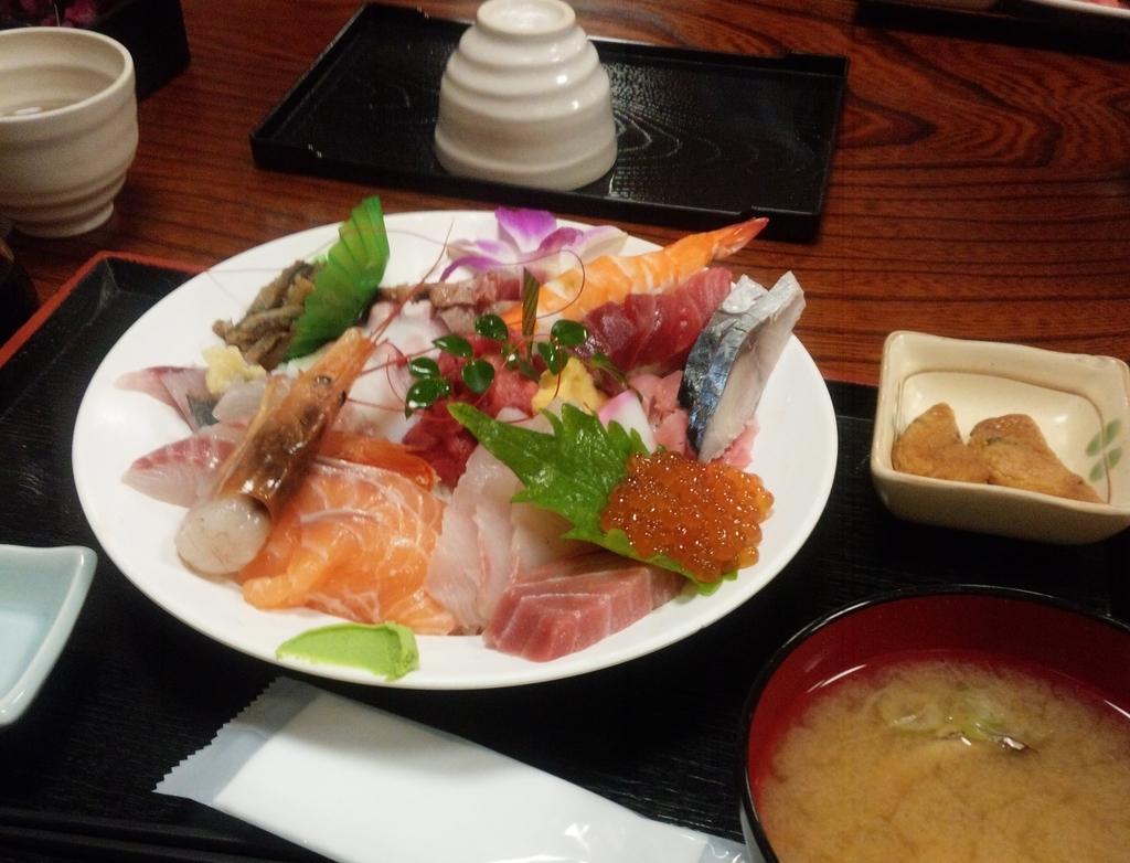 割烹さいとうの海鮮丼(具の大盛り)このボリュームで1050円!