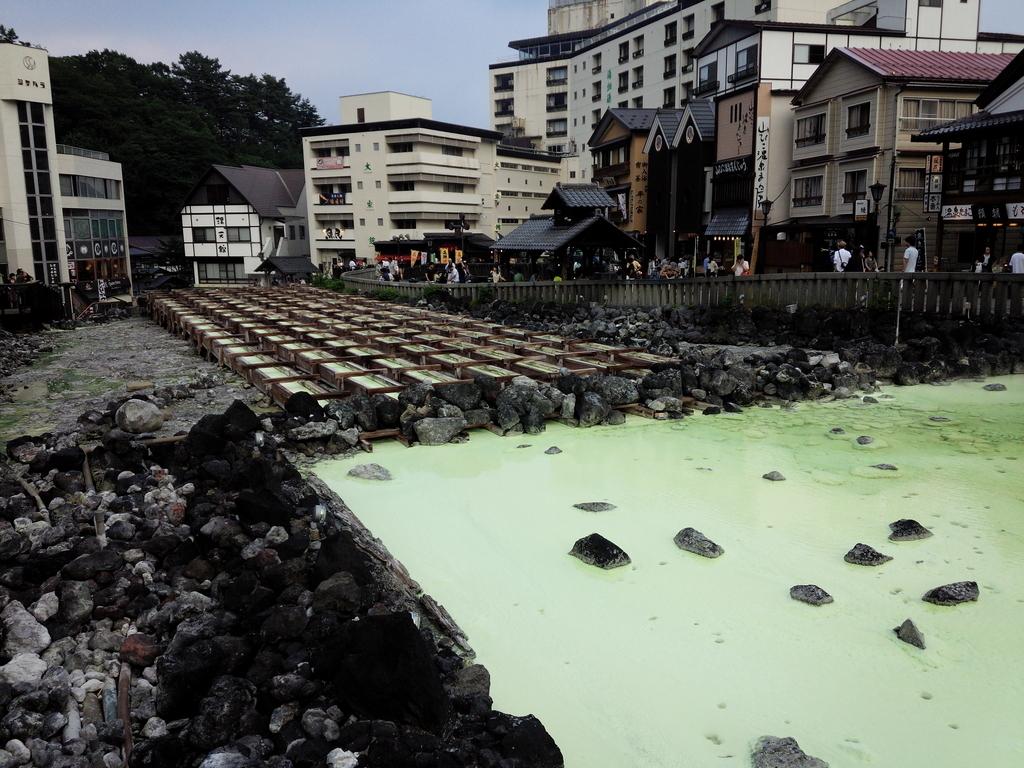 草津の湯畑周辺は観光スポットです