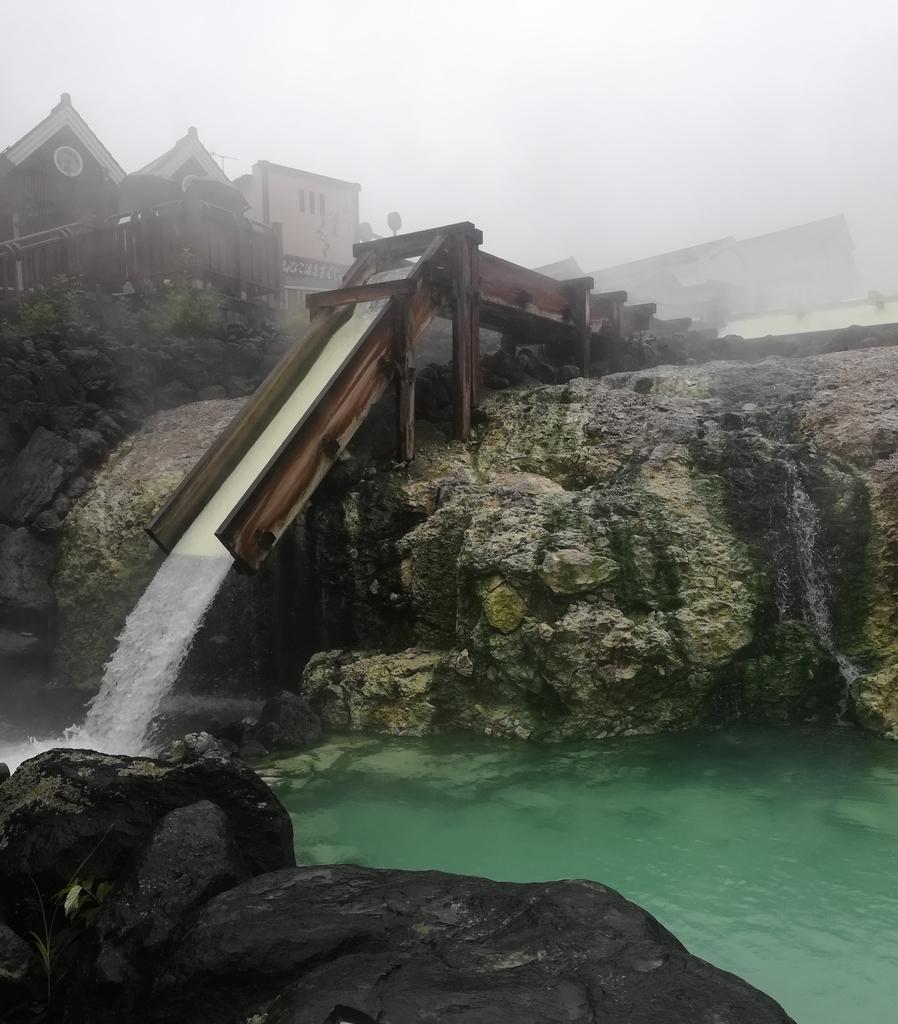 草津温泉が流れ落ちる豪快な湯畑
