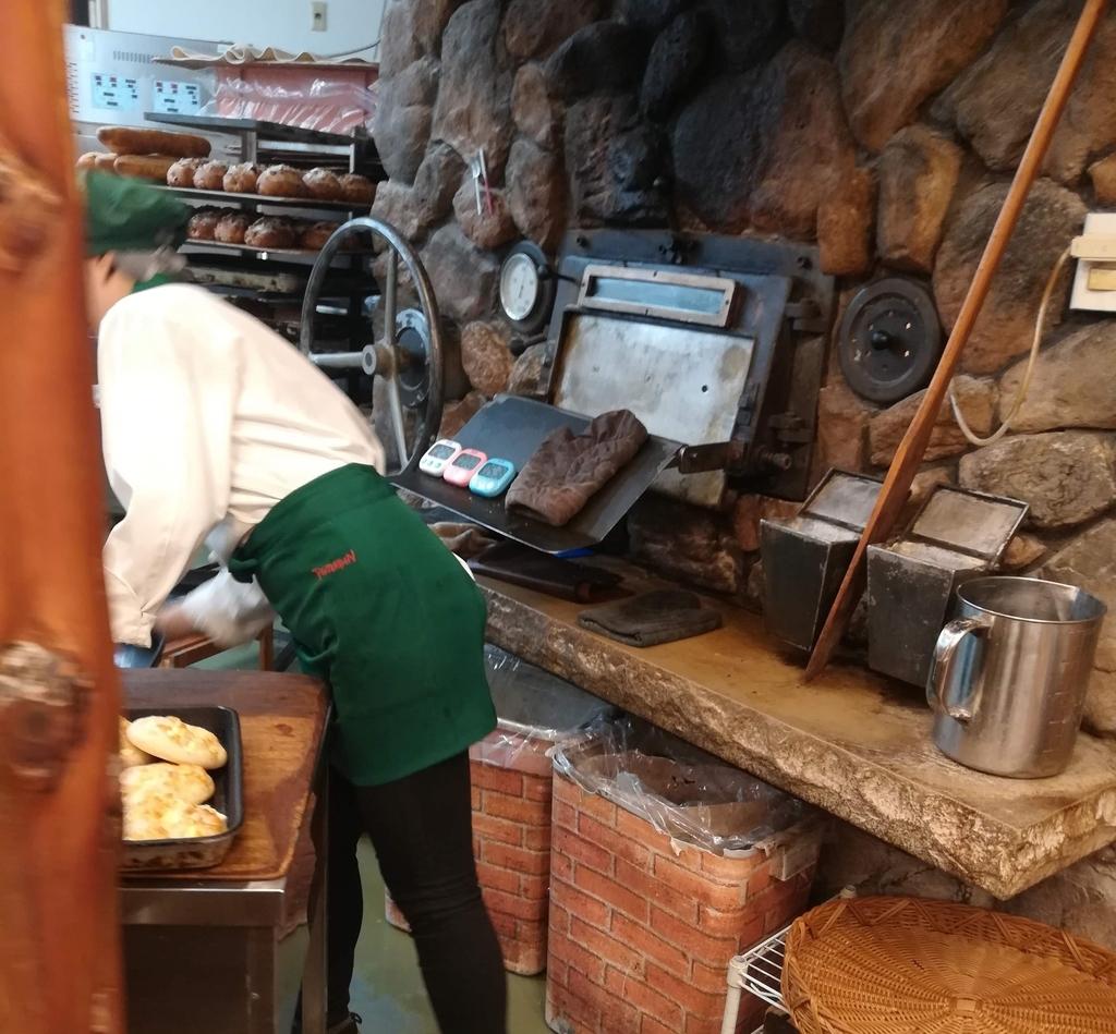 石窯は常にフル活動!焼きたてパンが引っ切り無しに提供されます!
