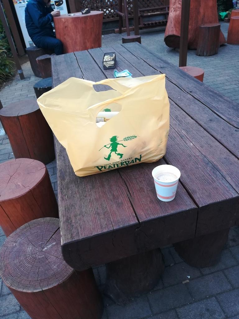 天気が良い日は外のベンチは大人気!地元の人の交流の場にもなっています
