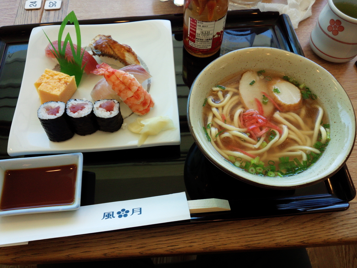 那覇空港レストラン風月のお寿司とミニ沖縄そばのセット