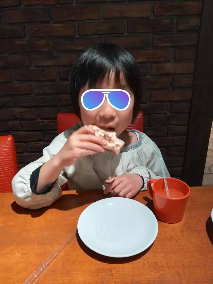 ピッツァにご満悦のプリンセス妃殿下(6歳)
