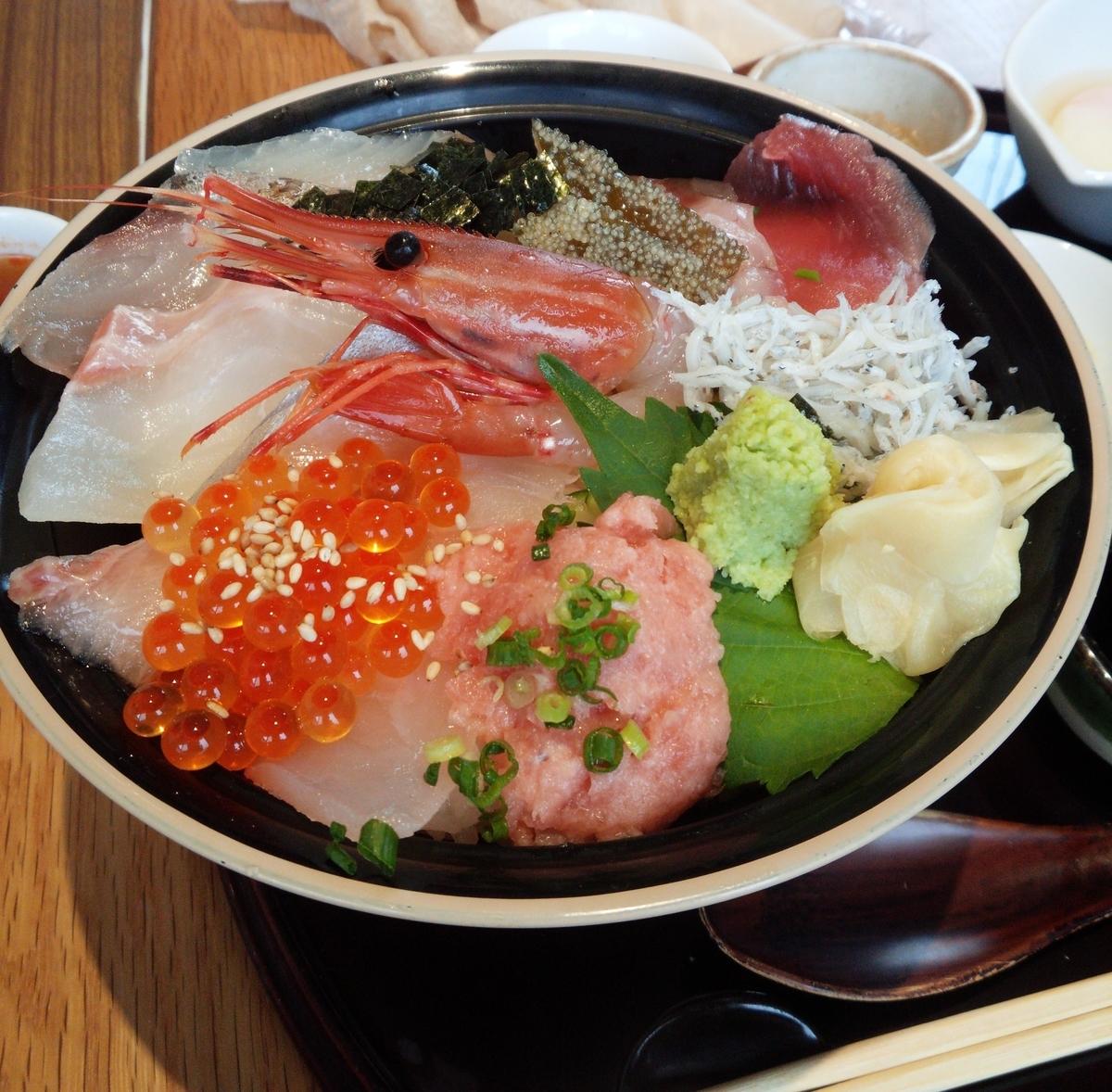 海鮮丼には新鮮な魚介類が満載されています!