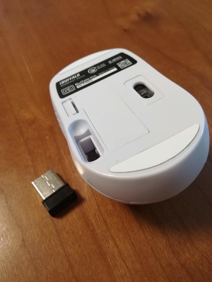 電源ボタンはありません。そして赤くピカピカ光りません。