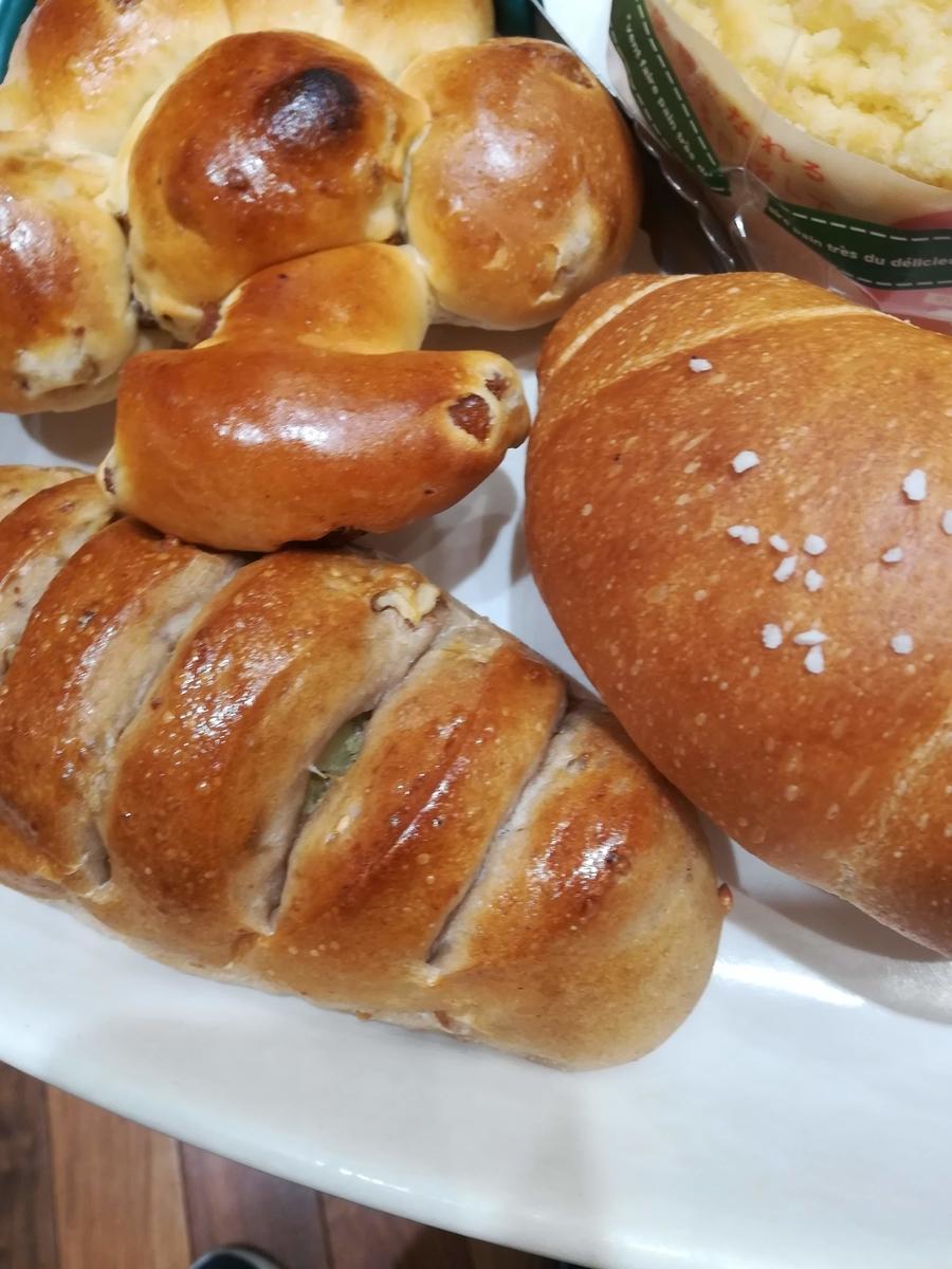 右が塩バターパン、左はさつまいくもくるみのパン