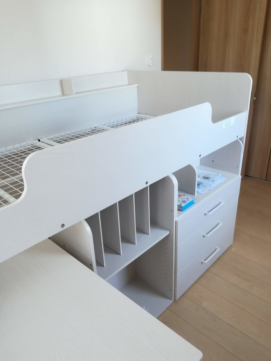 ニトリのシステムベッドデスクは収納スペースが充実しています
