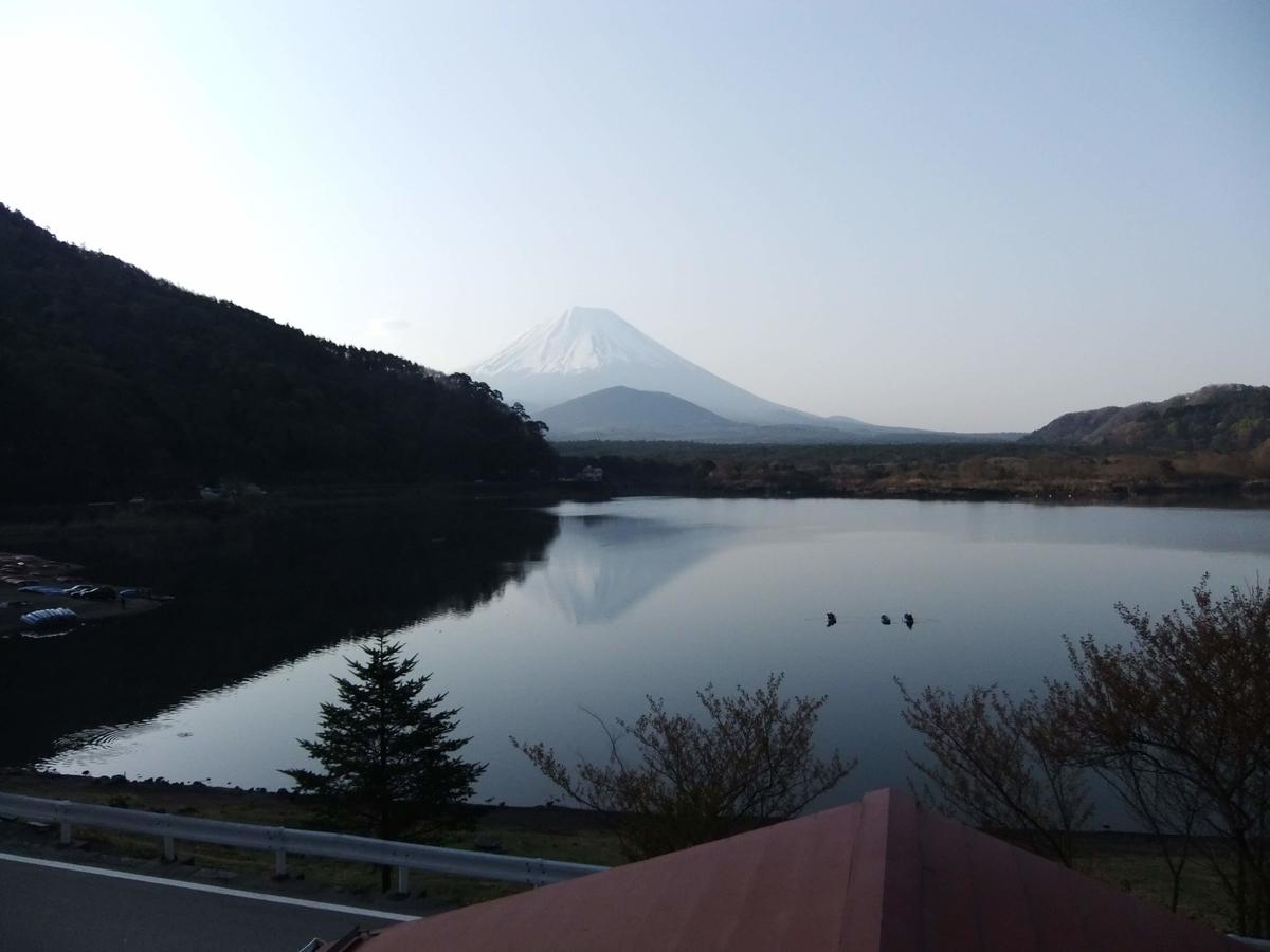 客室からは精進湖越しの富士山が見えます。実物は圧巻です。
