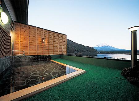 精進レークホテルは露天風呂からも絶景を楽しめます
