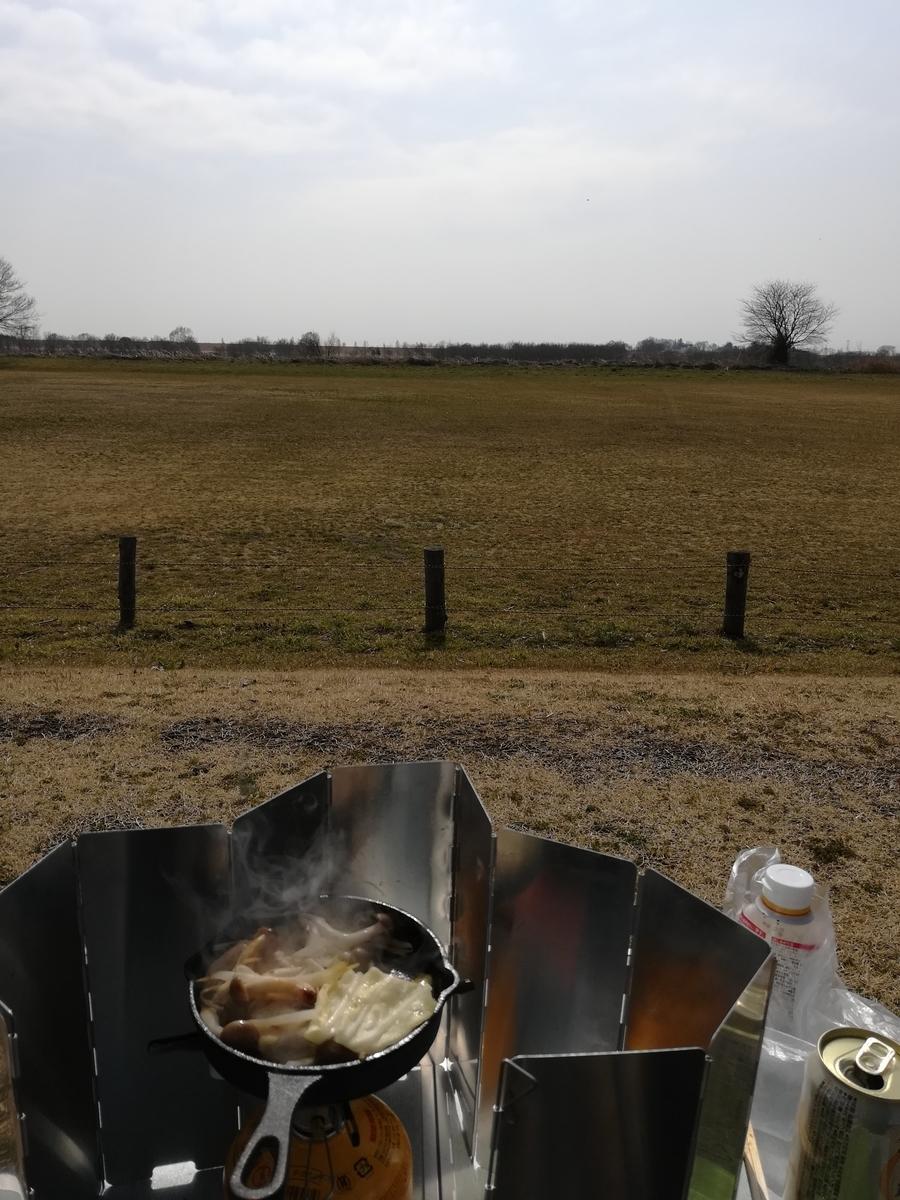 自然の中で肉や野菜を炒めてノンアルで乾杯すれば至福の時間が!