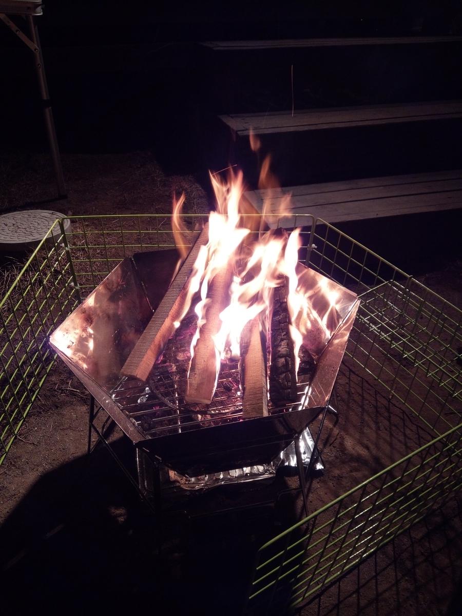 焚き火をしながら過ごす贅沢な時間