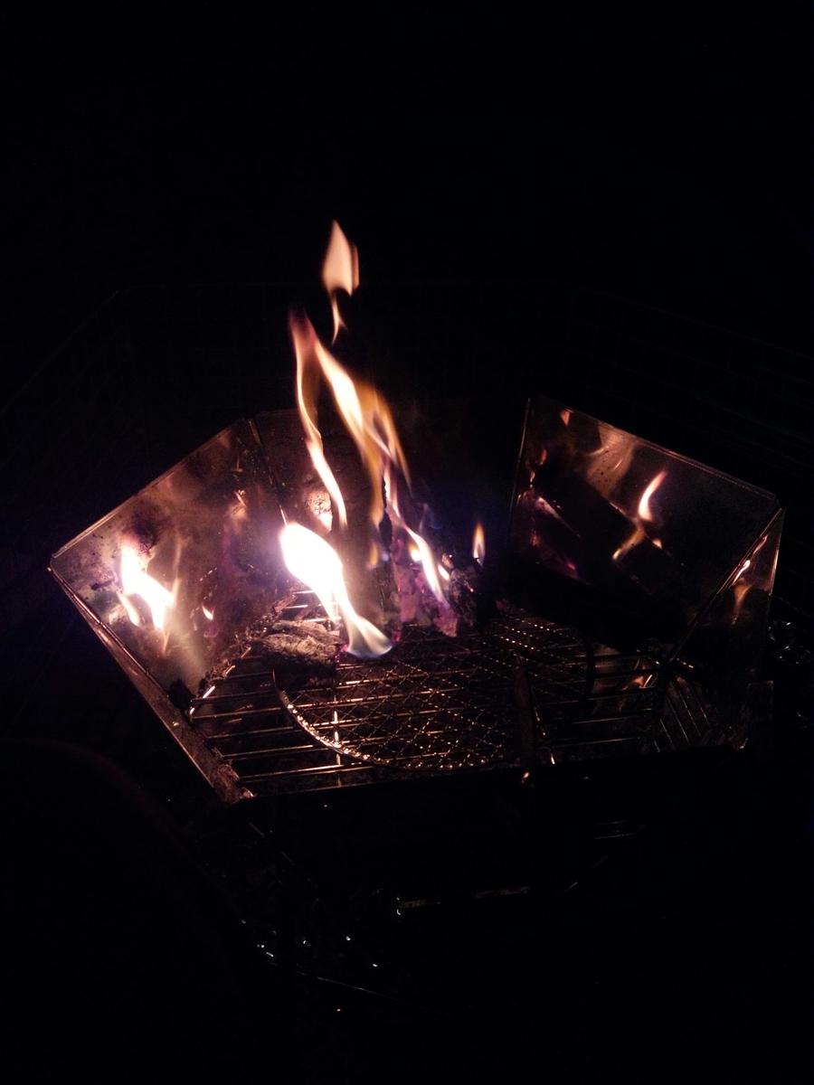 ぼんやりと焚き火の火を眺めているととても落ち着きますよ