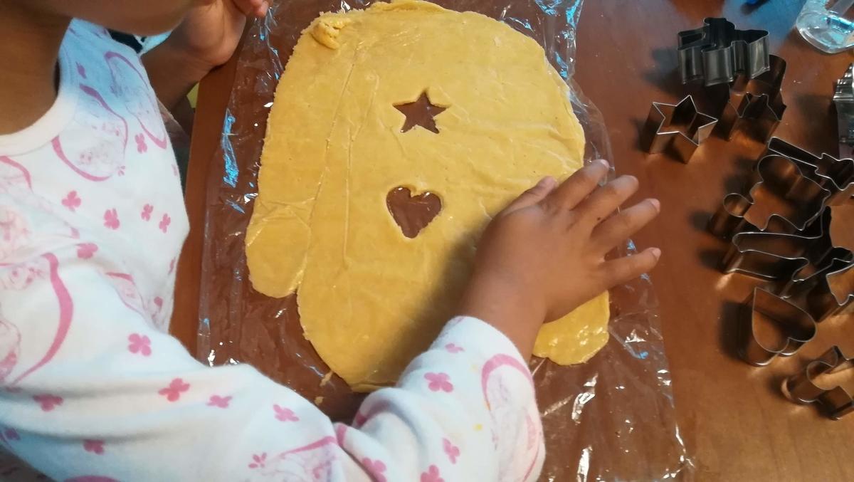 クッキーの生地を型で抜いていきます