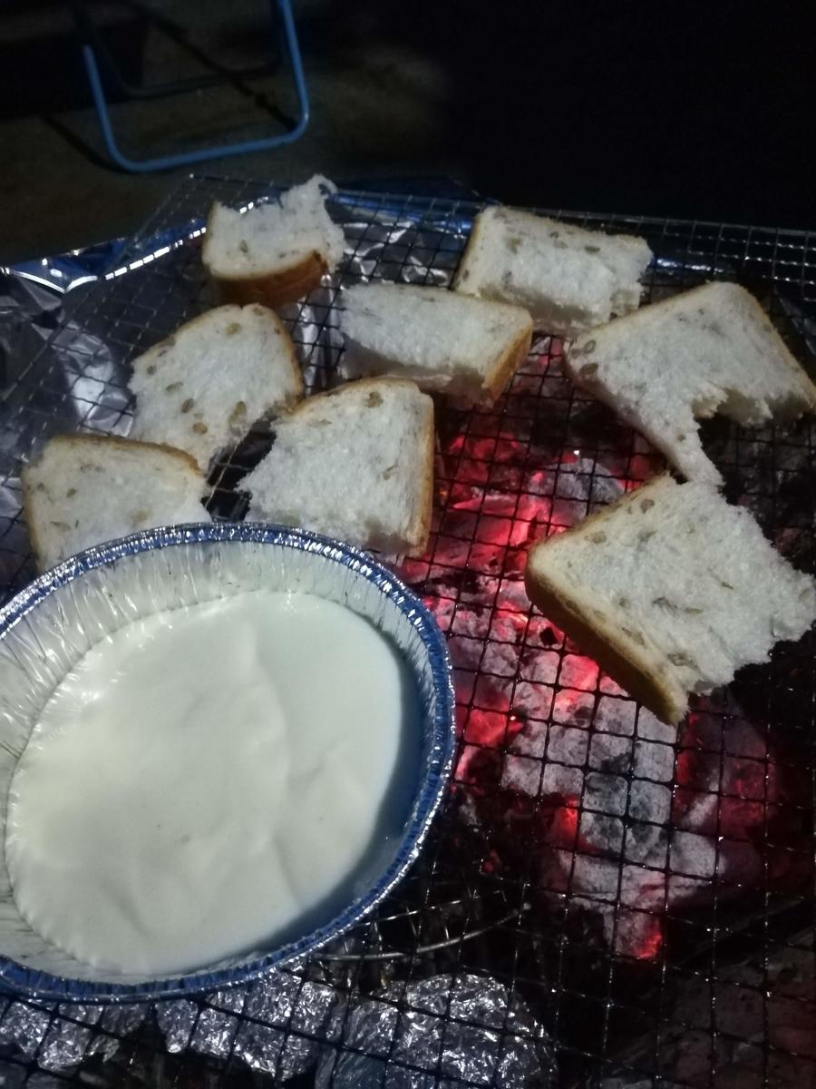 炭火で焼いたパンをチーズフォンデュで食べると最高です!