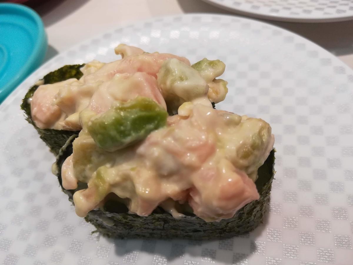 魚べい行ったらサーモンアボカド軍艦を食べてほしい!