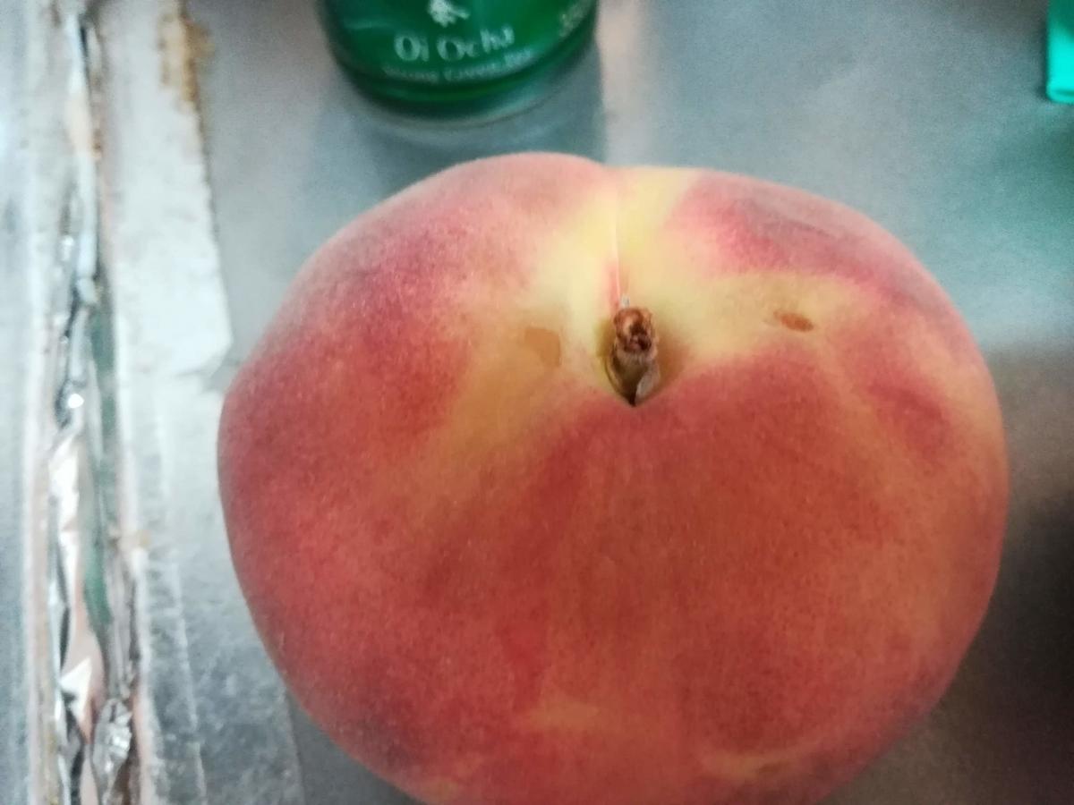 いままさに食べごろの桃の付け根の周りはしっかりと赤くなっています!